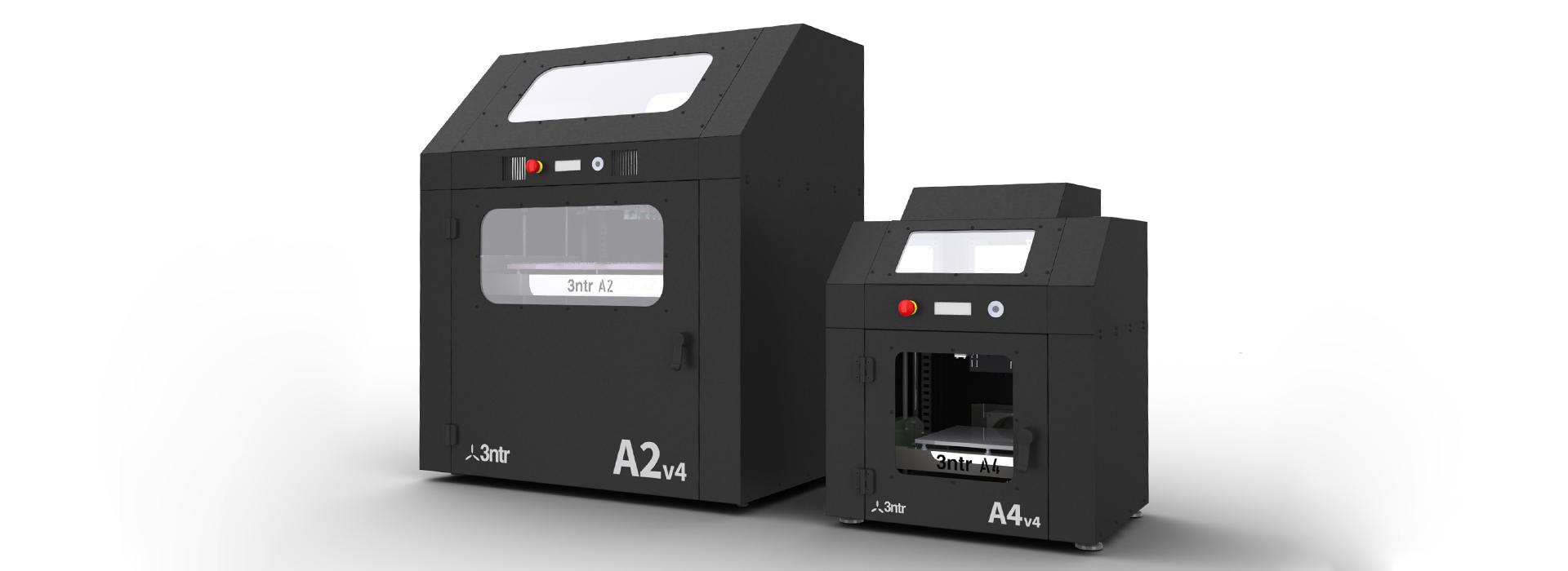 Zwei unterschiedlich große schwarze 3D-Drucker stehen nebeneinadner