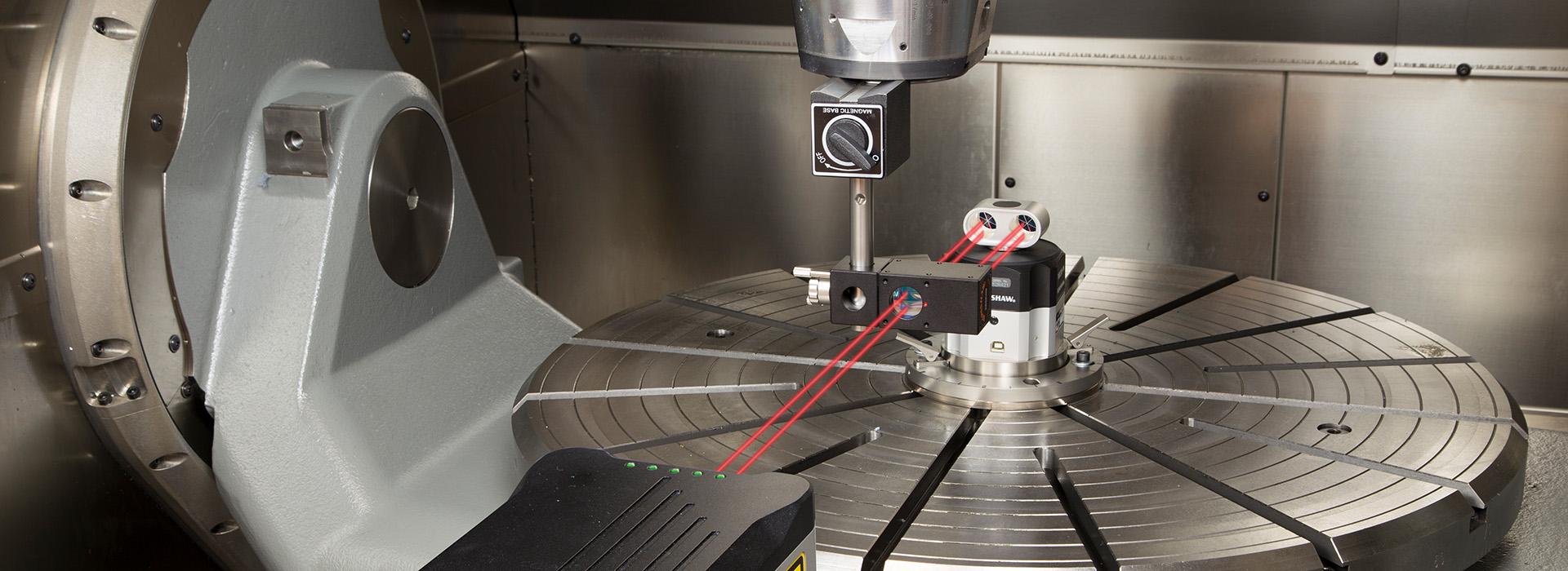 Roter Laserstrahl beim Vermessen einer Maschine